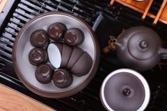 Gießen Sie Tee von der Teekanne Nahaufnahme Lizenzfreies Stockbild