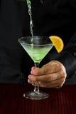 Gießen von einem Martini Stockfotos