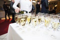Gießt Champagner in den Gläsern Großer glücklicher Feiertag Stockbild