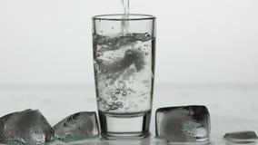 Gie?en herauf Schuss des Wodkas in Trinkglas Langsame Bewegung Wei?er Hintergrund stock abbildung