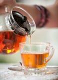 Gie?en Sie Tee lizenzfreie stockfotos