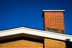 Giebel des Ziegelstein-Hauses mit Ziegelstein-Kamin Lizenzfreies Stockbild