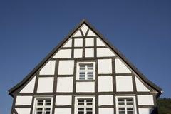 Giebel eines half-timbered Hauses in Schwarzweiss lizenzfreies stockbild