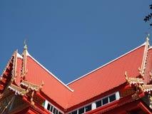 Giebeliges mit Ziegeln gedecktes Dach des Pavillons bei Wat Ubonboratip 1 Lizenzfreie Stockbilder