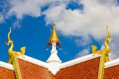 Giebelspitze des thailändischen Tempels stockbilder