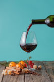 Gießen Sie den Rotwein in ein Glas Lizenzfreie Stockbilder