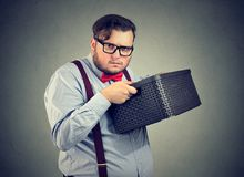 Gieriger Geschäftsmann, der einen Kasten hält lizenzfreies stockfoto