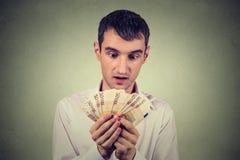 Gieriger Geschäftsmann, der Geld zählt Lizenzfreie Stockfotos