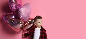 Gieriger kleiner Junge möchte nicht Herz Ballons jeden geben lizenzfreies stockbild