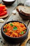 Giersthavermoutpap met tomatensaus, knoflook en peterselie stock afbeeldingen