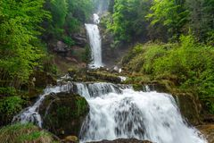 Giessbach cade con le cascate multiple dell'acqua - un turista nascosto Immagine Stock