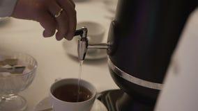 Giet de koffie in de kop stock footage