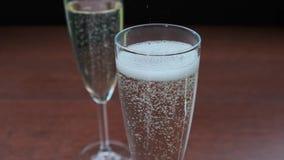 Giet de langzame motie van Champagne in glas stock videobeelden