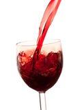 Giet de wijn in het glas op een witte achtergrond Royalty-vrije Stock Afbeeldingen