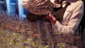 Giet de wijn in langzame motie stock footage