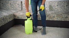 Giet detergens in de emmer om de ruimte schoon te maken stock video