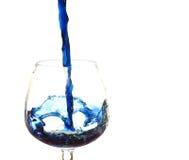 Giet in een glas. Stock Fotografie
