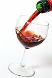 Giet een glas cognac stock afbeelding