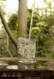 Giet in een glas water Royalty-vrije Stock Foto