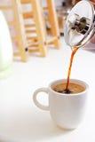 Giet een Hete Kop van Koffie Royalty-vrije Stock Afbeeldingen