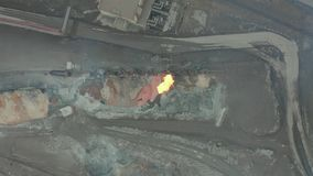 Giet gesmolten slakken van de diesel voortbewegingstank bij een metallurgische installatie Lucht Mening stock videobeelden