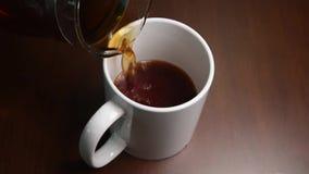 Giet koffie in een mok stock video