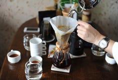 Giet koffie van de druppelketel in de document filter royalty-vrije stock foto