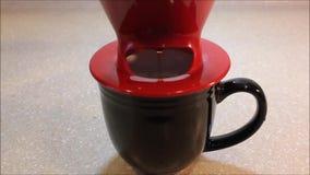 Giet over koffie het brouwen stock videobeelden