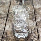 Giet water in een glas van ijs Stock Foto