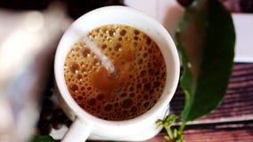 Giet water in een kop van koffie stock video