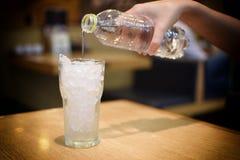 Giet water in glas Royalty-vrije Stock Afbeeldingen