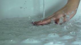 Giet water in het bad stock footage