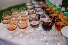 Giet wijnglazen Stock Fotografie