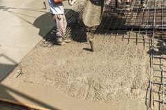 Gietend beton in de bouw van het huis Stock Foto