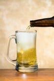 Gietend bier Stock Foto's