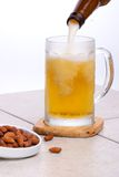 Gietend bier en nutes royalty-vrije stock foto's
