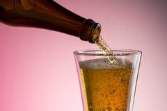 Gietend bier in glas Stock Fotografie