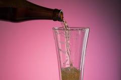 Gietend bier in glas Royalty-vrije Stock Fotografie