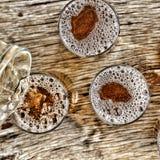Gietend bier glazen met biertribune op een houten lijst Mening van hierboven close-up Stock Afbeelding