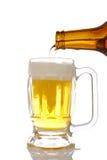 Gietend bier in mok Stock Afbeelding