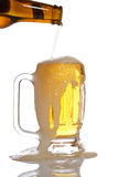 Gietend bier in mok stock foto's