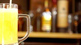 Gietend bier in mok stock videobeelden