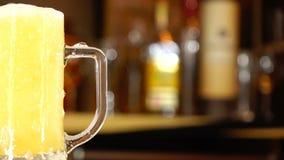 Gietend bier in mok stock video