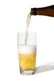 Gietend bier van een fles Royalty-vrije Stock Foto