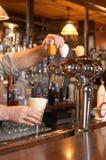 Gietend Bier van Kraan Royalty-vrije Stock Afbeeldingen