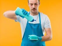 Gietend detergens op spons Royalty-vrije Stock Foto's