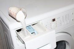 Gietend detergens in wasmachine royalty-vrije stock afbeelding