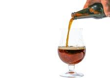 Gietend donker bier Royalty-vrije Stock Afbeeldingen