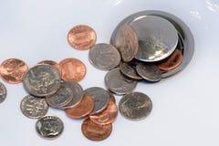 Gietend geld onderaan het afvoerkanaal Stock Afbeeldingen
