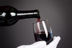 Gietend glas wijn Royalty-vrije Stock Fotografie